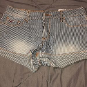Jean shorts with small blue line prints